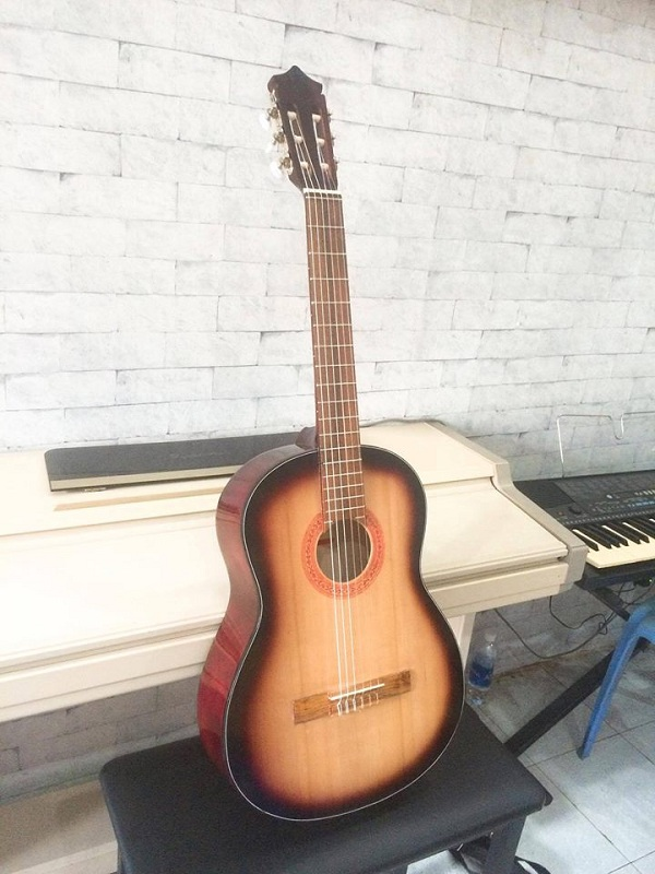 http://nhaccure.com/wp-content/uploads/2018/01/guitar-gia-si-3.jpg