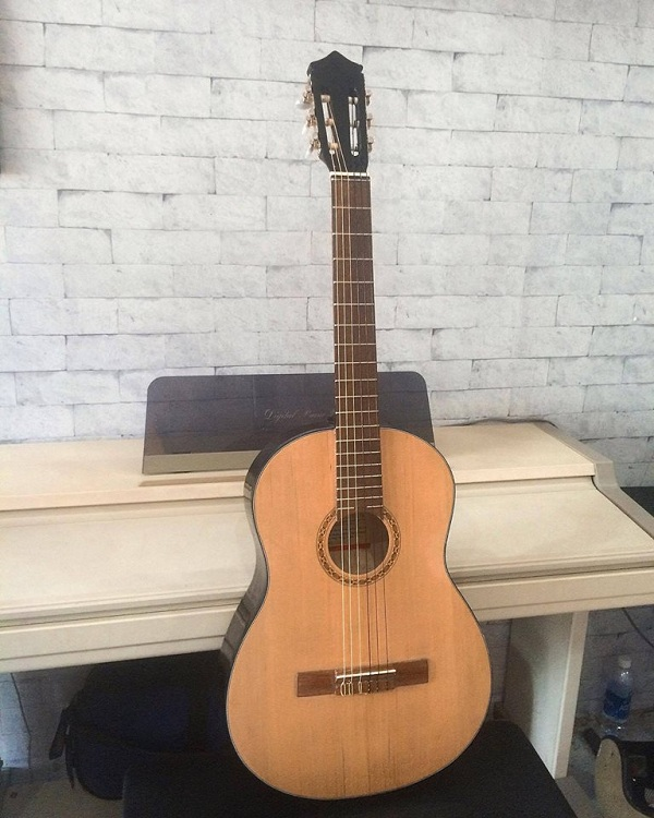 http://nhaccure.com/wp-content/uploads/2018/01/guitar-gia-si-5.jpg